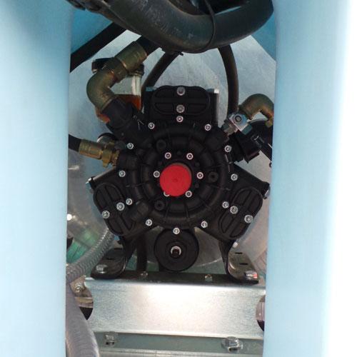 Cardan plus pompa pozitionate pe centrul bazinului