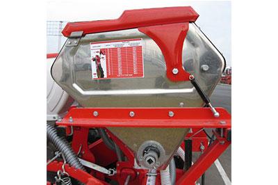 Vasele de inox pentru fertilizare au un mare avantaj datorita protectiei sporite impotriva coroziunii chimice a fertilizatorilor, marind durata de viata a semanatorii.